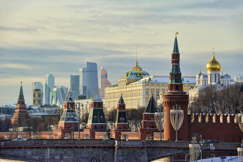 Vue du Kremlin (premier plan) et du quartier d'affaires de Moskva-City