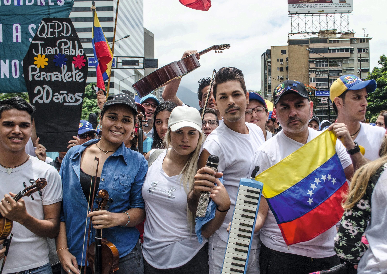 Venezolanos protestando en la calle, 2017.