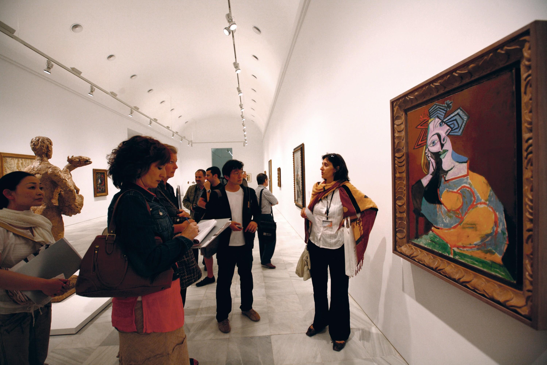 Una guía introduce la pintura de Picasso a un grupo de visitantes  en el Museo Nacional de Arte Reina Sofía, Madrid, 2010.