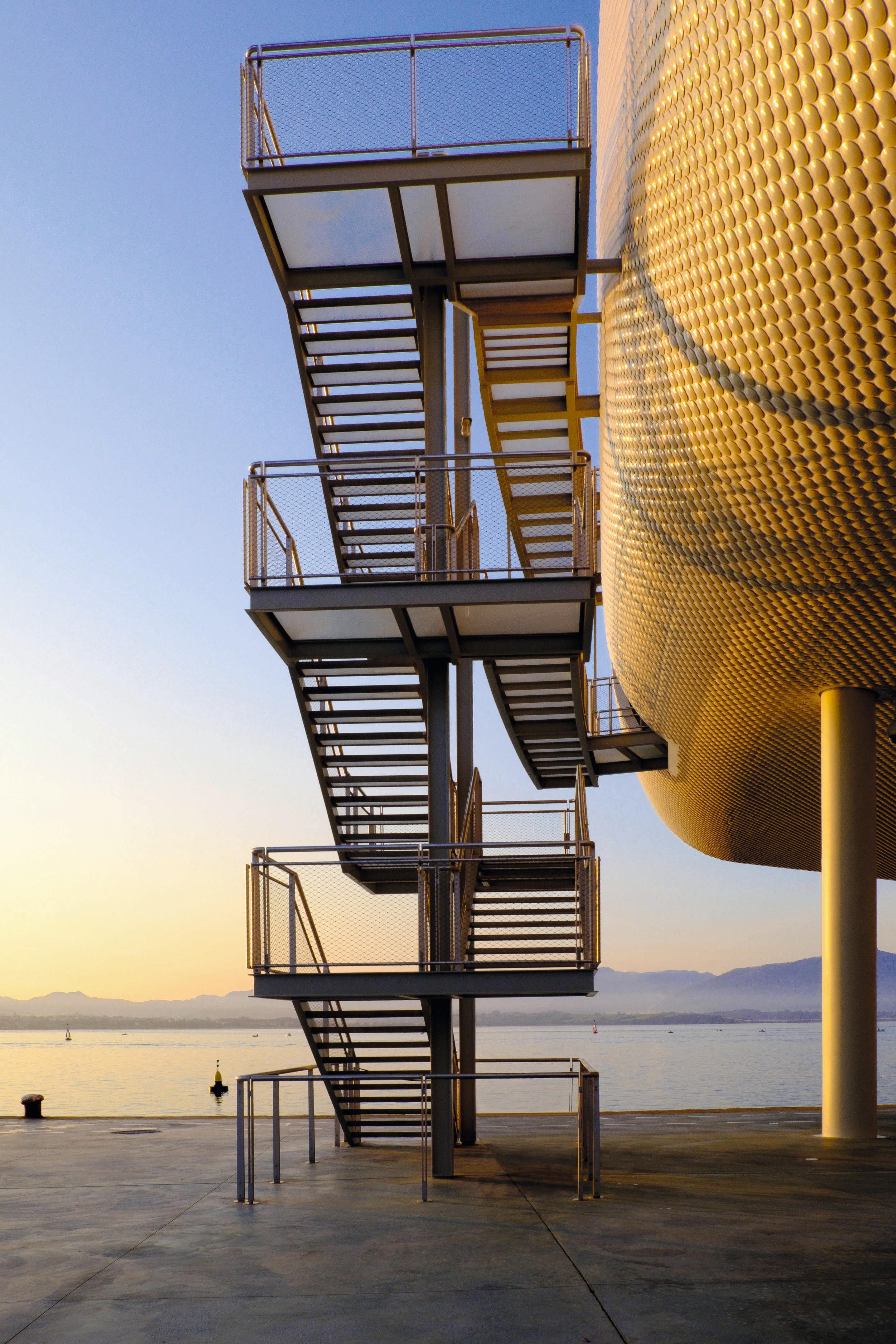 Escalera exterior del Centro Botín, diseñado por Renzo Piano, Santander, 2017.