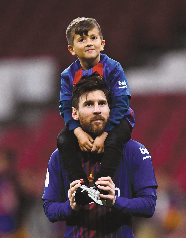 Lionel Messi y su hijo Thiago, Barcelona contra Sevilla, Final de la Copa del Rey, 2018.