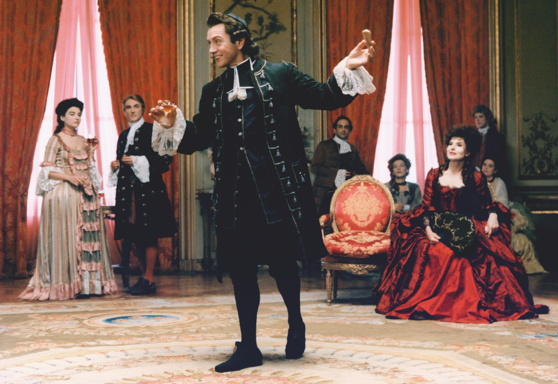 Photogramme du film Ridicule de Patrice Leconte, 1996. L'abbé de Villecourt (Bernard Giraudeau) joue au bout-rimé, jeu consistant à improviser des vers à partir de rimes imposées.