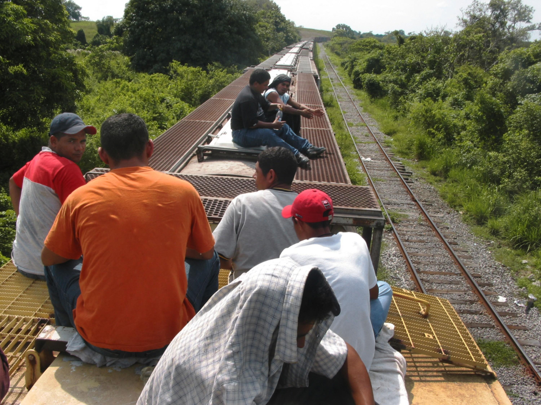 Inmigrantes ilegales en el techo de La Bestia, México.