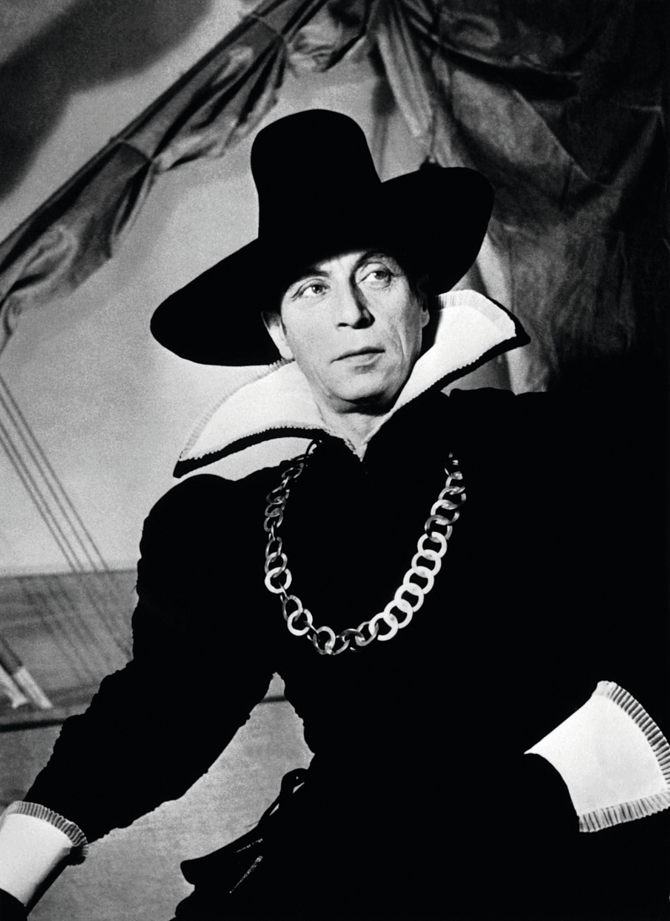 Louis Jouvet dans le rôle de Dom Juan, dans sa propre mise en scène, Théâtre de L'Athénée, Paris, 1947.