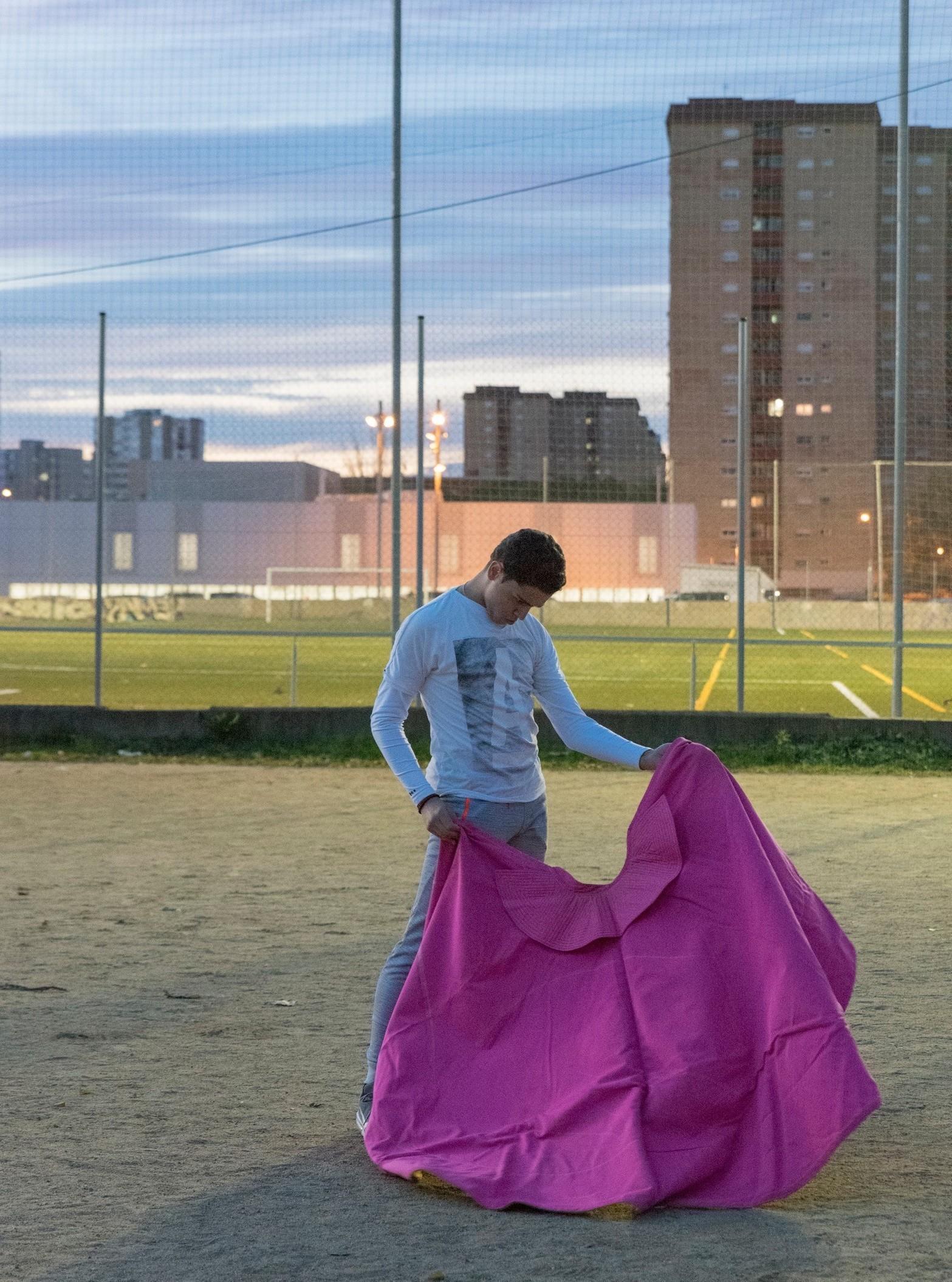 Joven calentando con el capote en el área metropolitana de Barcelona.