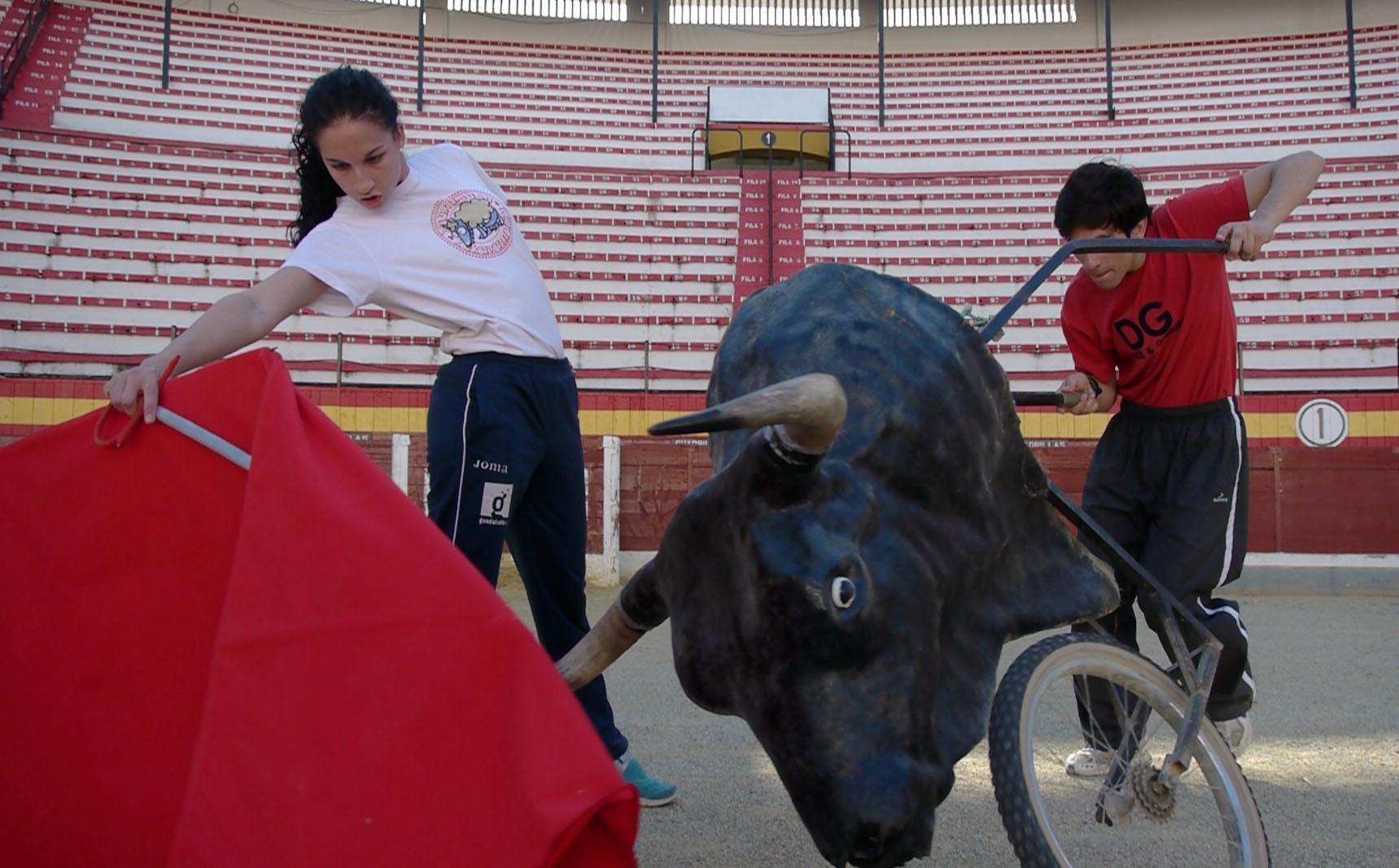 Una alumna de la escuela taurina de Jaén practicando, elmundo.es, 2015.