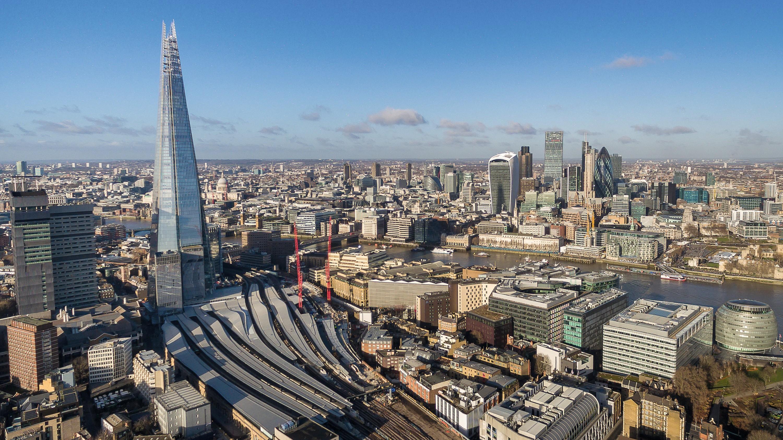 « The Shard », nouveau symbole de la puissance de Londres, a été inaugurée en 2013 sur la rive Sud de la Tamise. Cette tour fait face au quartier d'affaires de la City.