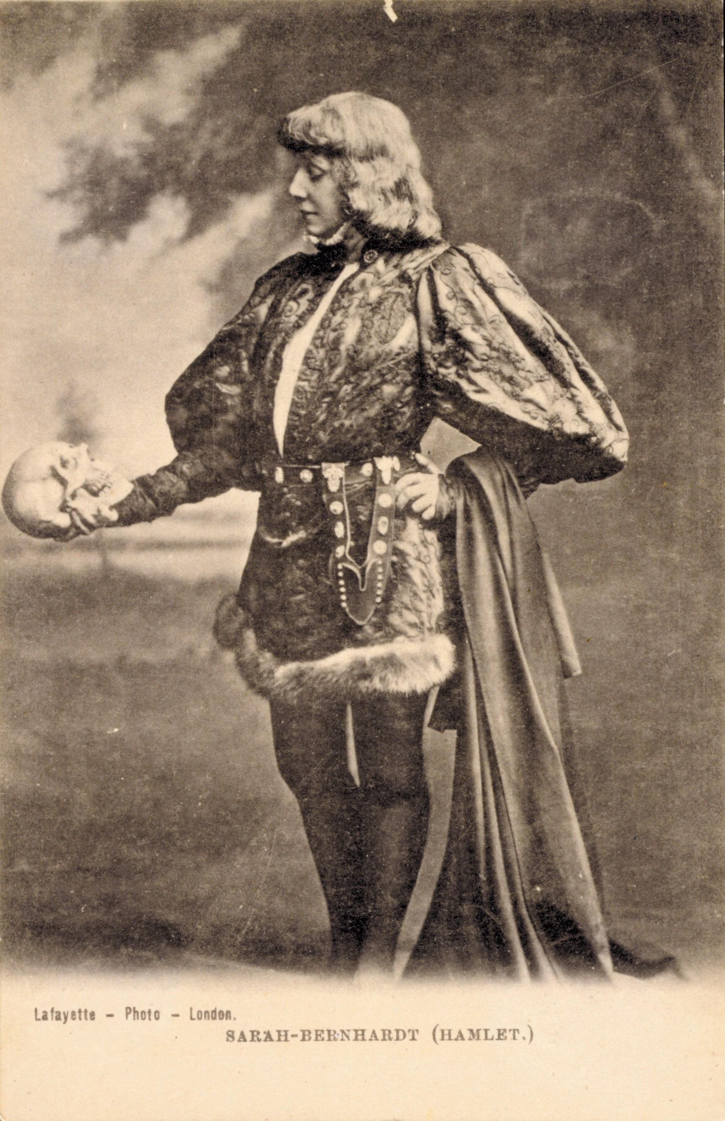 Sarah Bernhardt en Hamlet, 1899, photographie.