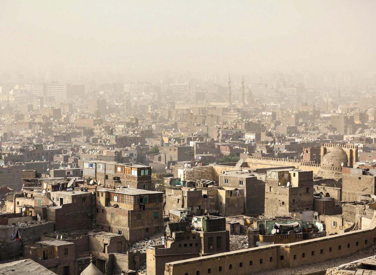 Le Caire, Égypte - Les toits de la ville, enfumés par le smog, abritent des populations pauvres.