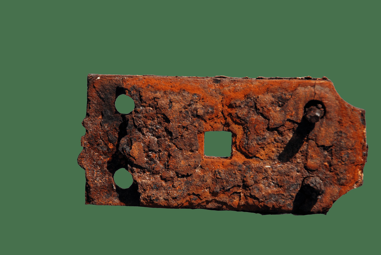 Un objet en fer laissé à l'air libre dégradé et rouillé