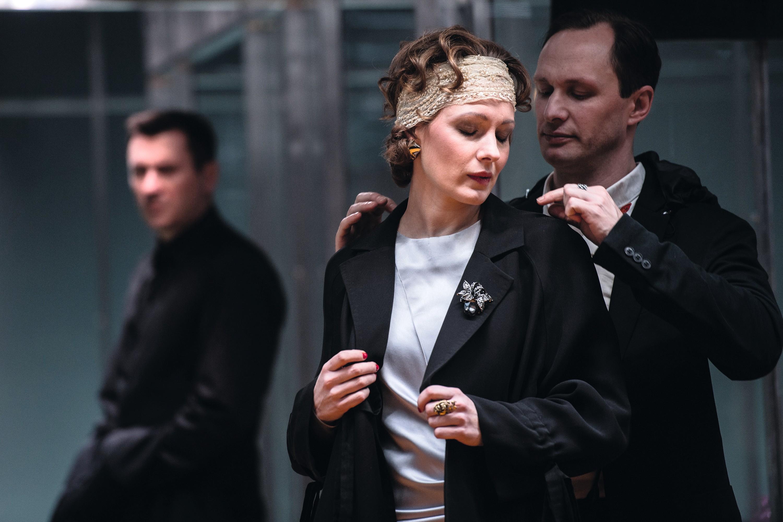 Conversations après un enterrement, mise en scène de Danil Chashchin, avec Yevgeny Miller, Olga Krasko et Ivan Shibanov, Théâtre Tabakov, Moscou, 2018.