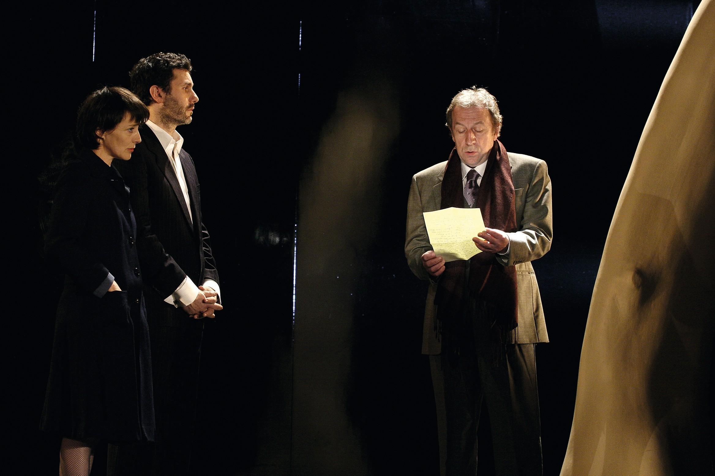 Conversations après un enterrement, mise en scène de Gabriel Garran, avec Mireille Perrier, Serge Hazanavicius, Jean-Michel Dupuis et Margot Abascal, Théâtre Antoine, Paris, 2006.