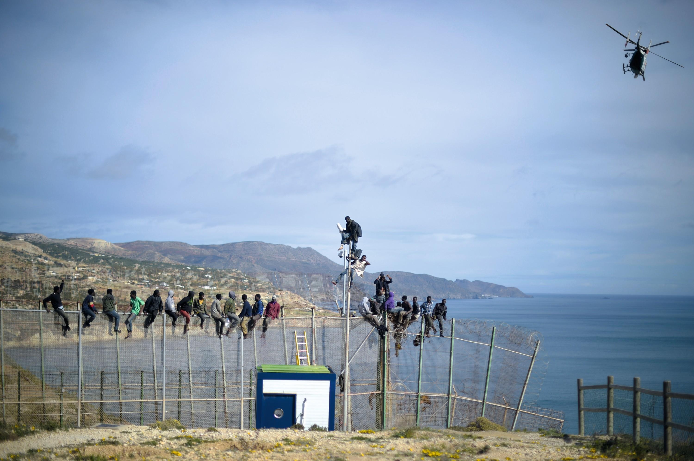 Des migrants prennent d'assaut les barrières de Melilla (Maroc)