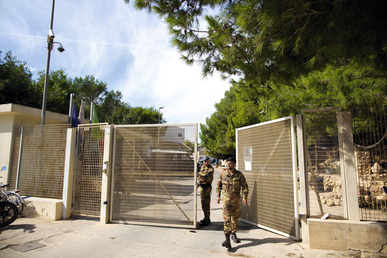 L'entrée d'un centre de rétention de migrants à Lampedusa (Italie)