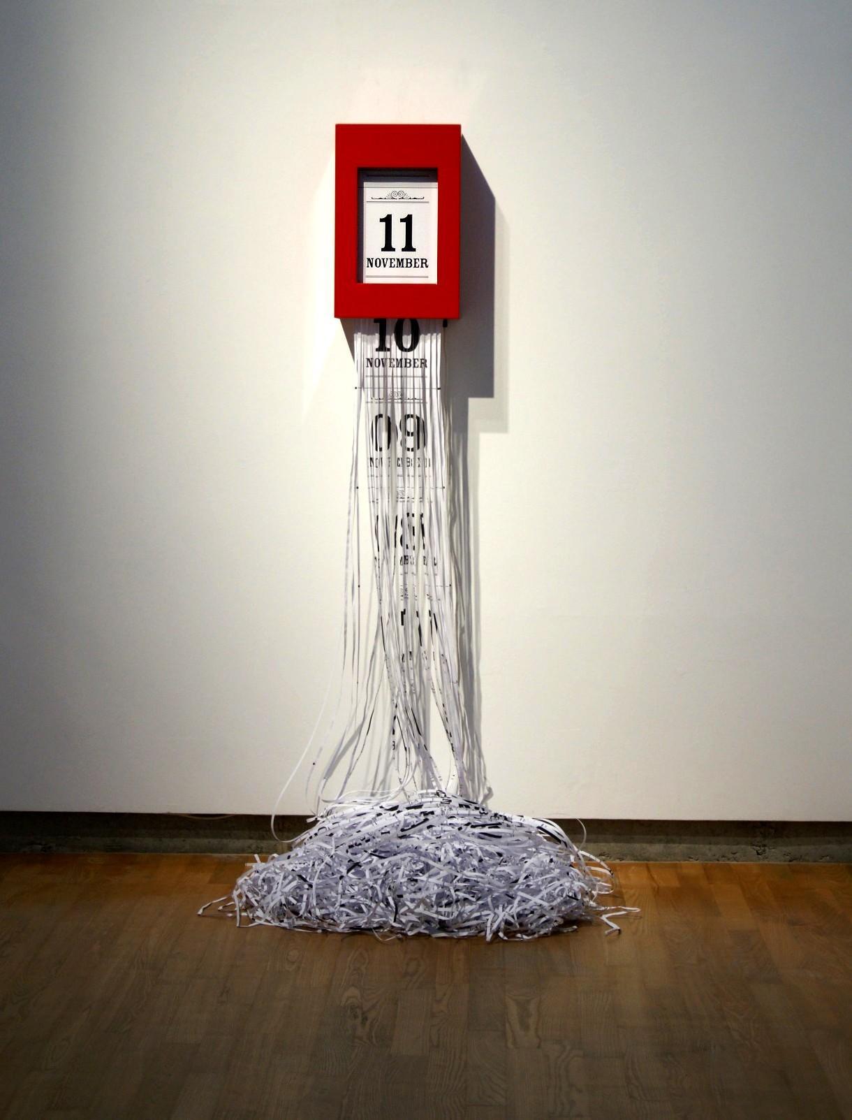 Susanna Hertrich, Chrono Shredder, 2007, acier, moteur et engrenages, papier, déchiqueteuse