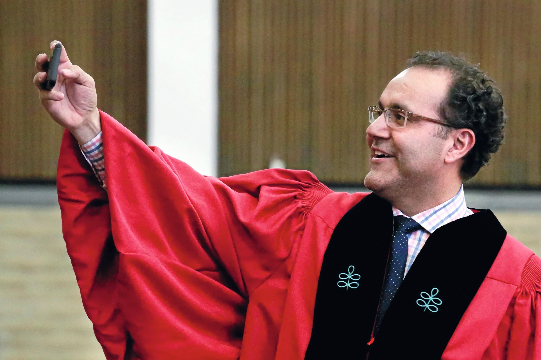 Dr. Alfredo Quiñones-Hinojosa tomándose un selfie en Kentfield, 2018.