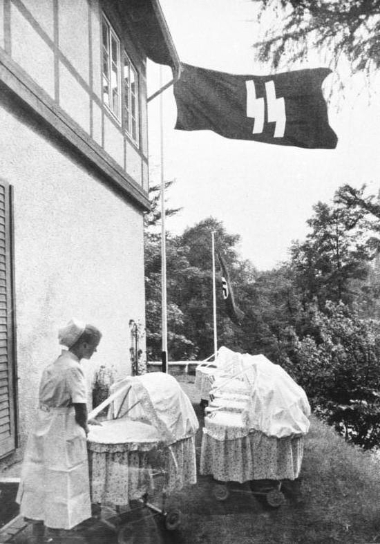 Une infirmière dans un centre du Lebensborn, 1943, Archives fédérales d'Allemagne.