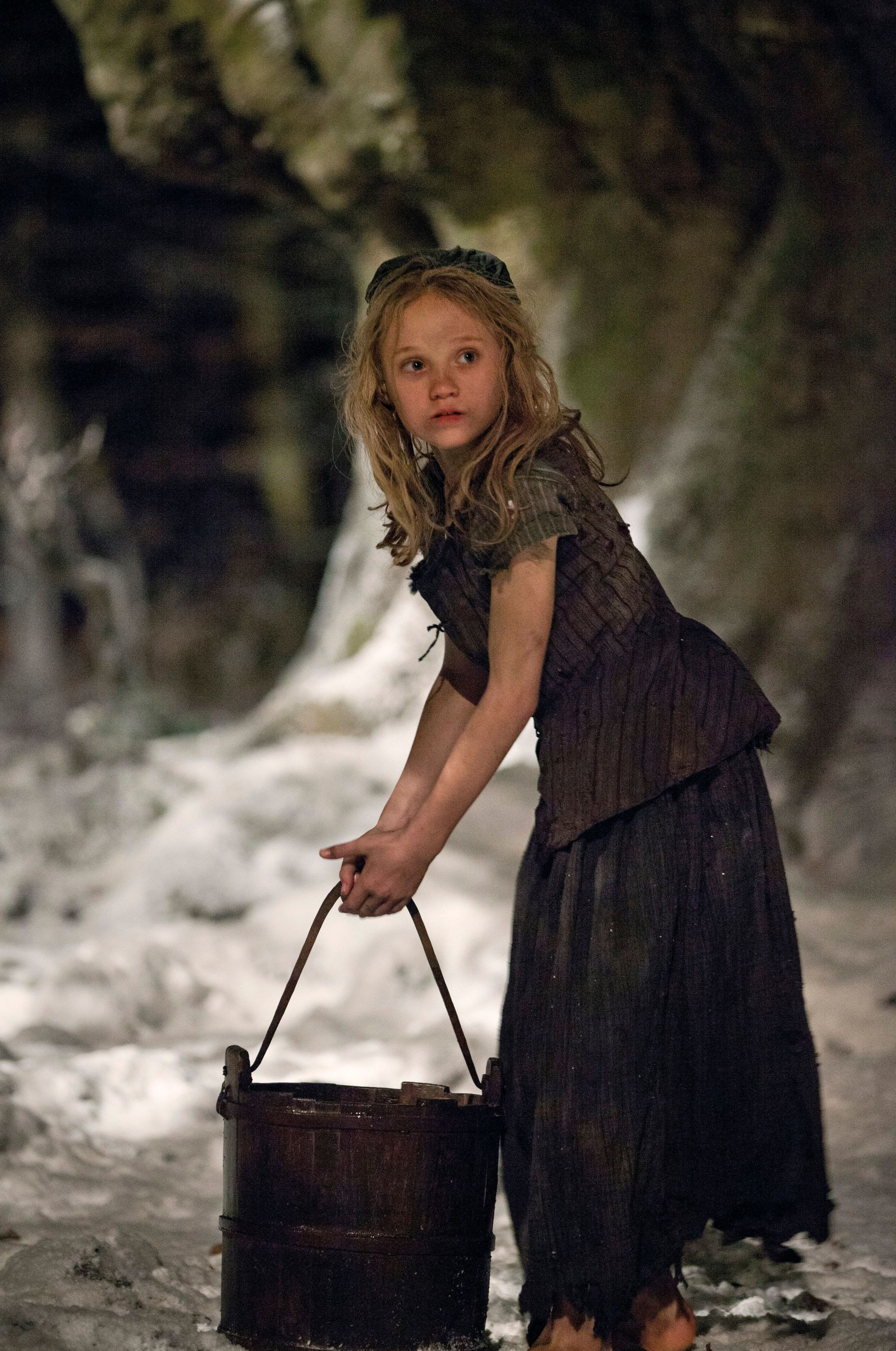 Photogramme du film musical Les Misérables de Tom Hooper, 2012, avec Isabelle Allen (Cosette).
