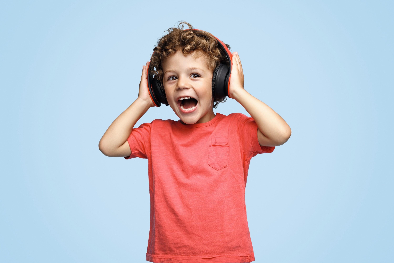 Un enfant écoutant de la musique