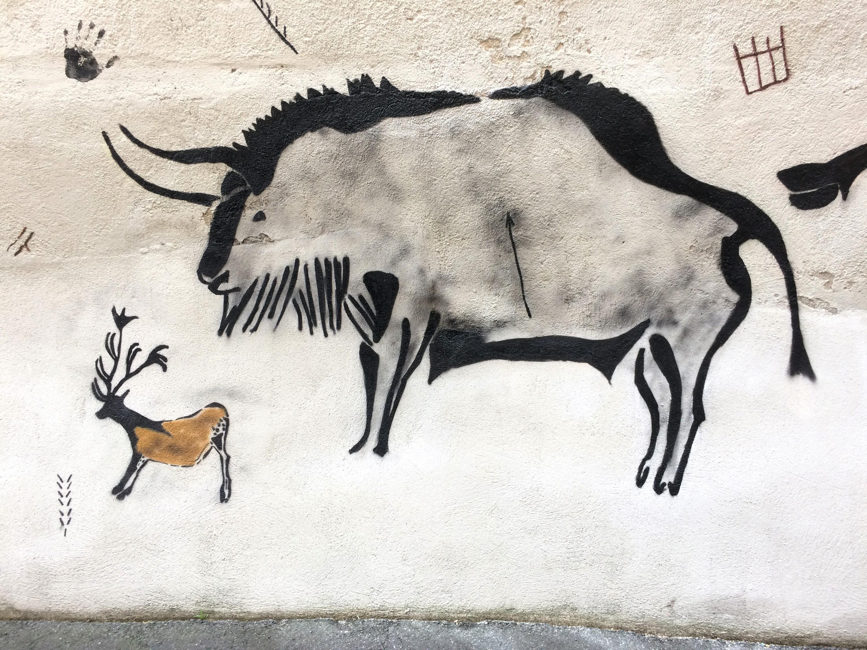 Lasco (@lasco_69), Le Bison transpercé et le petit renne, 2018, bombe aérosol sur mur, Clermont-Ferrand, rue des Bohèmes.