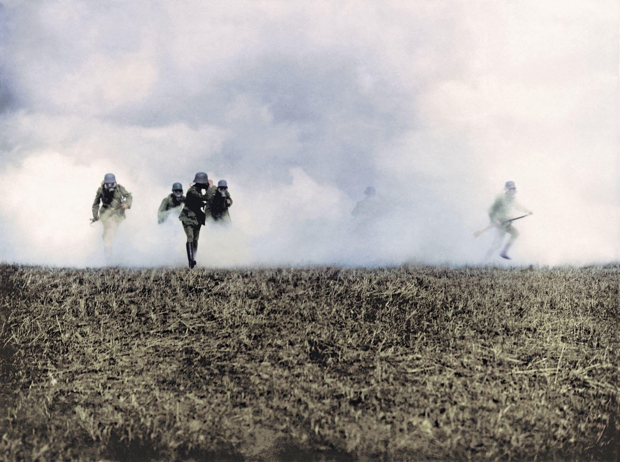 Sur le front occidental, des soldats allemands subissent une attaque au gaz, photographie anonyme