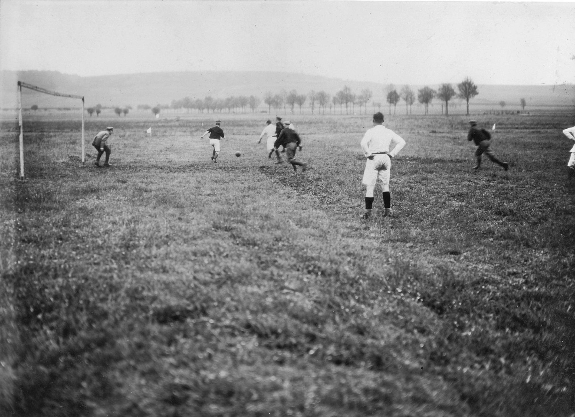 Soldats allemands jouant au football, photographie