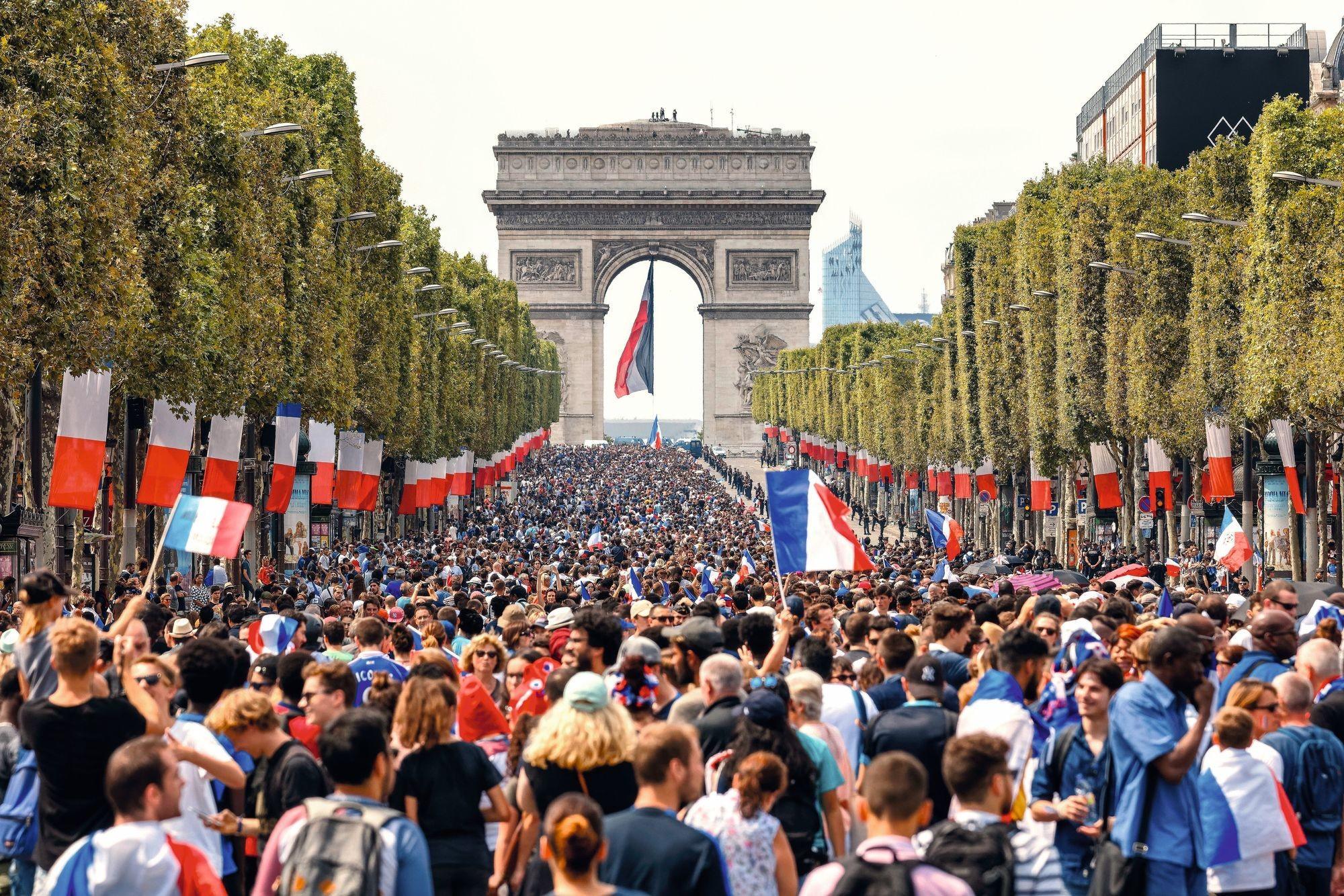 Les Champs-Élysées après la victoire de l'équipe de France en fi nale de la coupe du monde de football, juillet 2018.