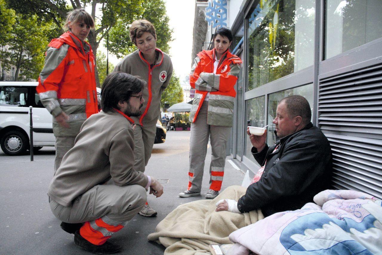 Bénévoles de la Croix‑Rouge discutant avec Philippe, sans‑abri, Paris, 1er juin 2013