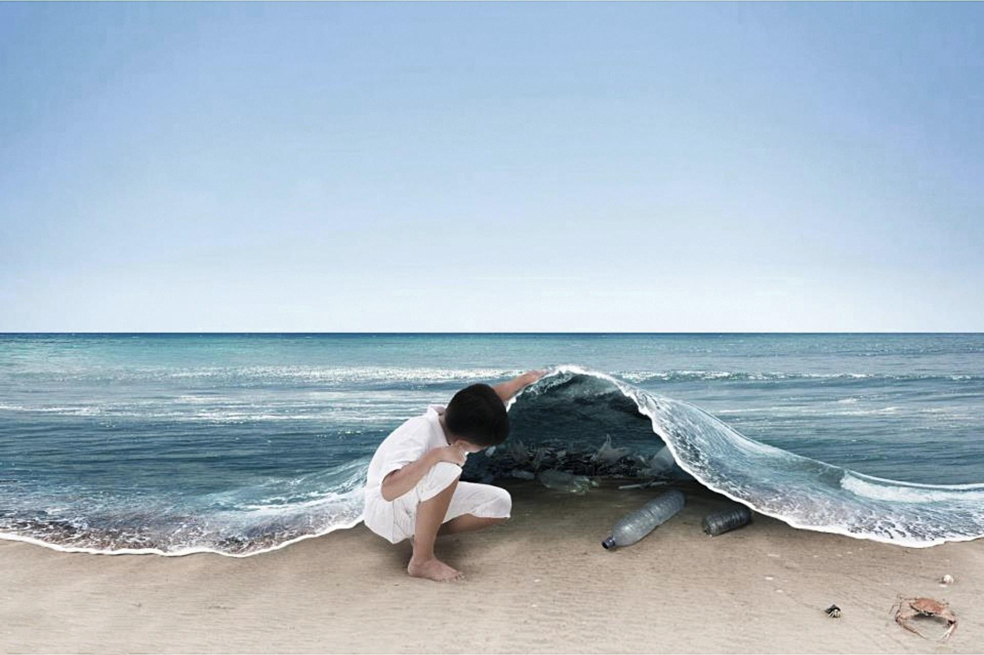 Enfant soulevant une vague découvrant une mer de déchets plastique cachés comme de la poussière sous un tapis