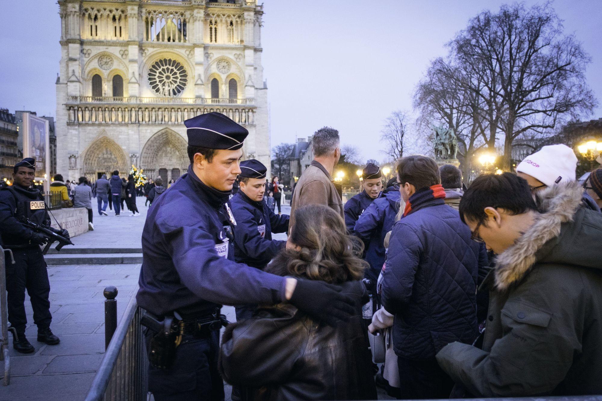 Un contrôle de police devant la cathédrale Notre-Dame de Paris, 24 décembre 2016.