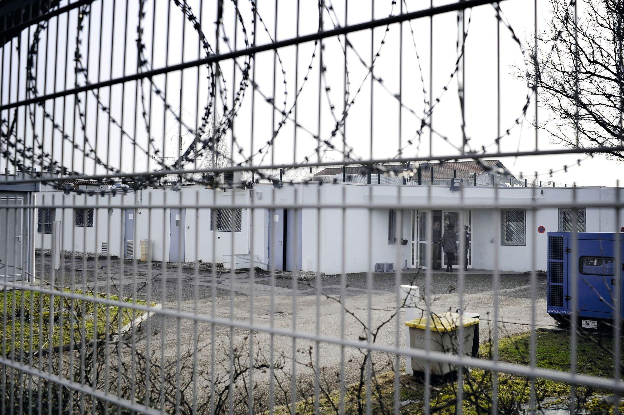 le Centre de Rétention Administrative situé près de l'aéroport de Lyon-Saint-Exupéry.