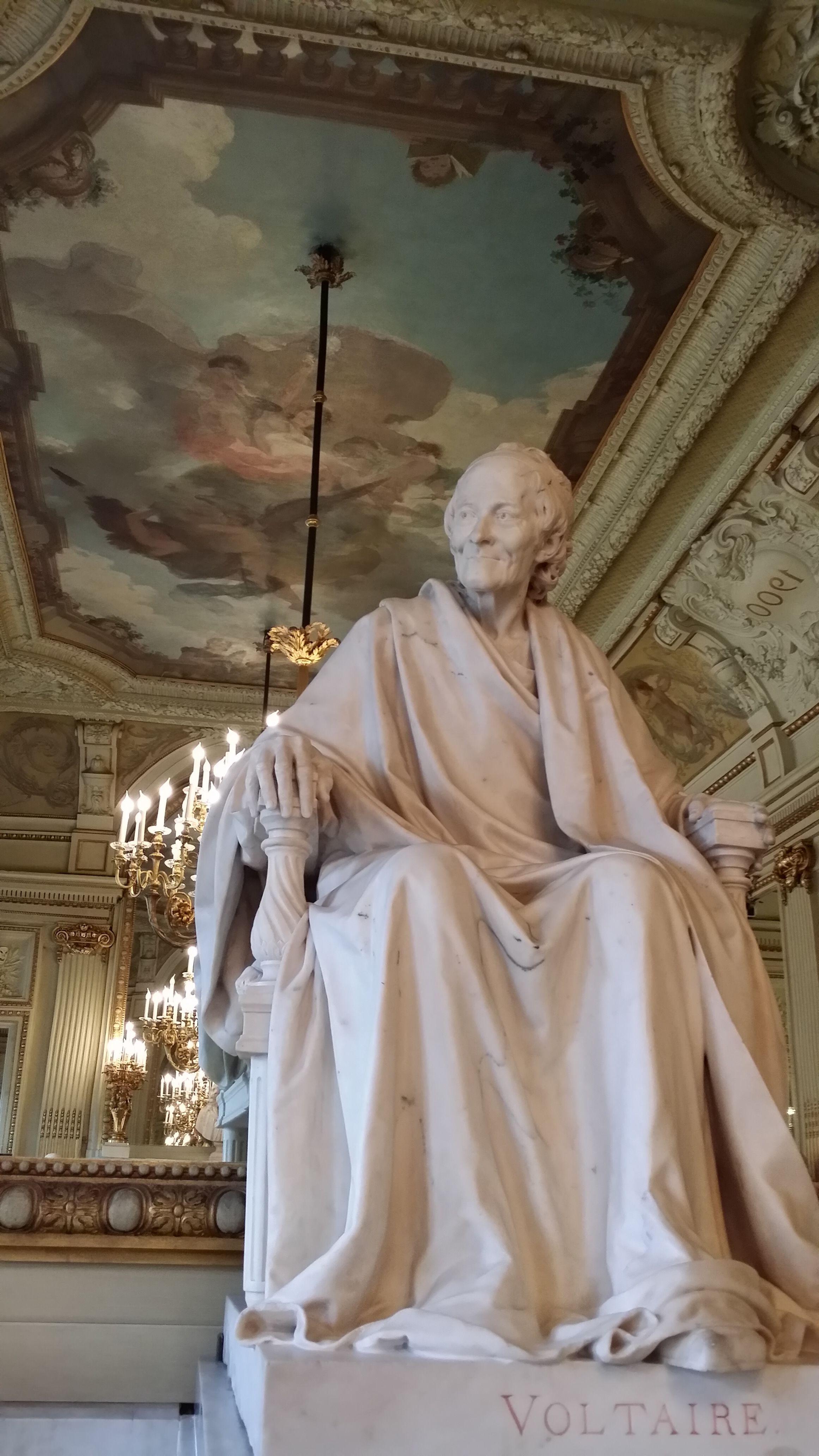 Statue de Voltaire sur la cheminée d'un salon de la Comédie-Française