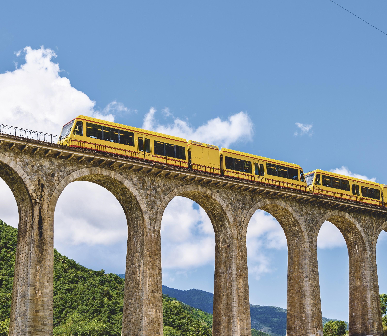 Le train jaune sur le pont Séjourné
