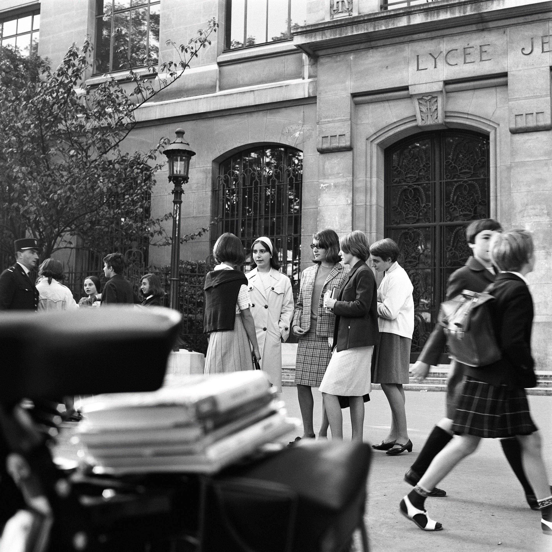 Paul Almasy photographie de lycéennes boulevard Saint-Germain