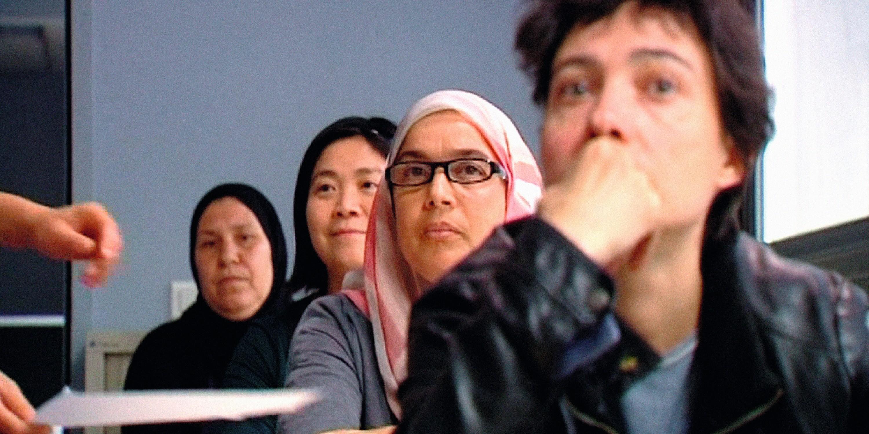 Fatima en cours d'alphabétisation. Photogramme du film