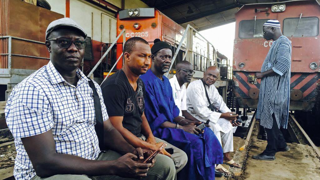 Photographie de cheminots sénégalais en grève devant la gare de Bel-Air, octobre 2017.