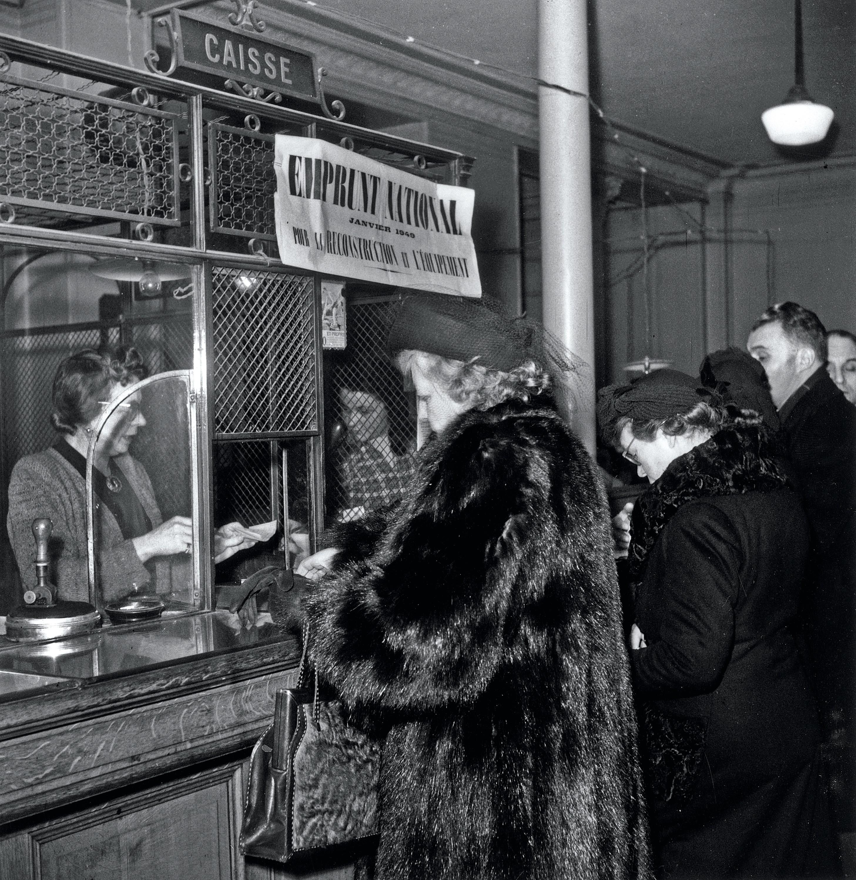 Souscription aux guichets des banques pour l'emprunt national à 5 %, en 1949.