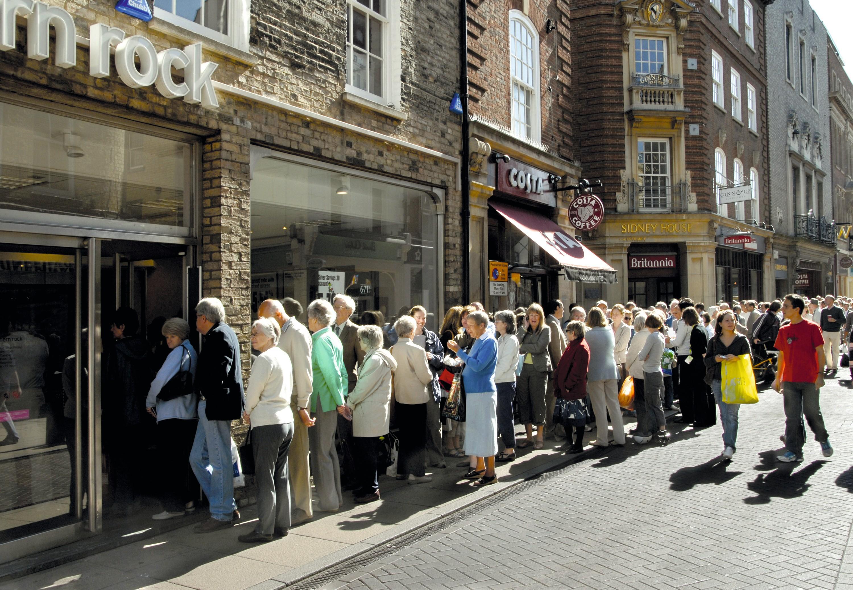 les clients de la Northern Rock, en Angleterre, font la queue pour retirer leur argent liquide