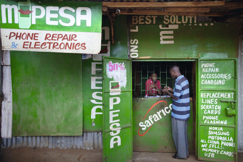 Boutique de paiement mobile « Safaricom » au Kenya.
