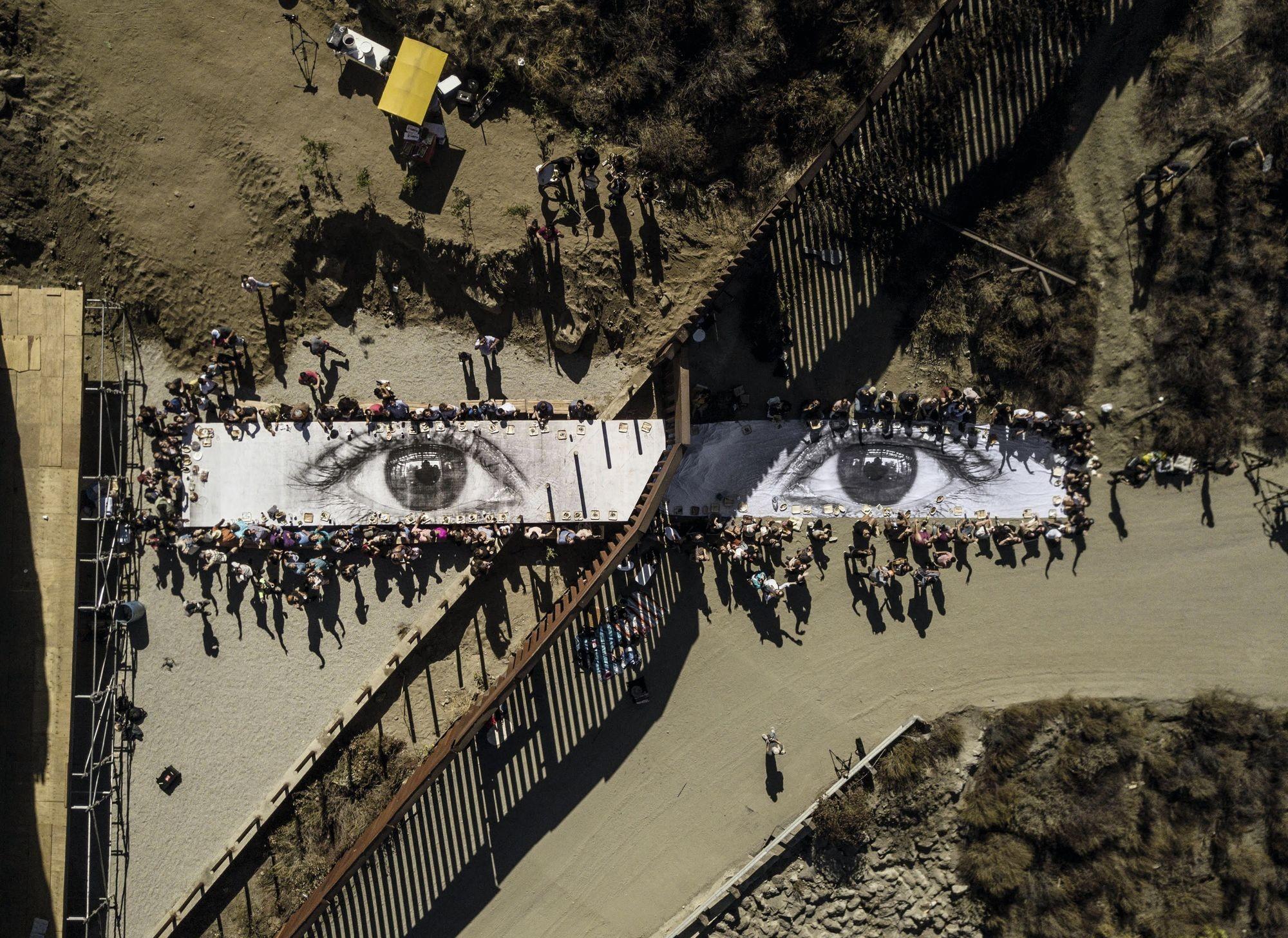 La frontière mexicano-américaine, transformée par l'artiste JR, à Tecate (Mexique)