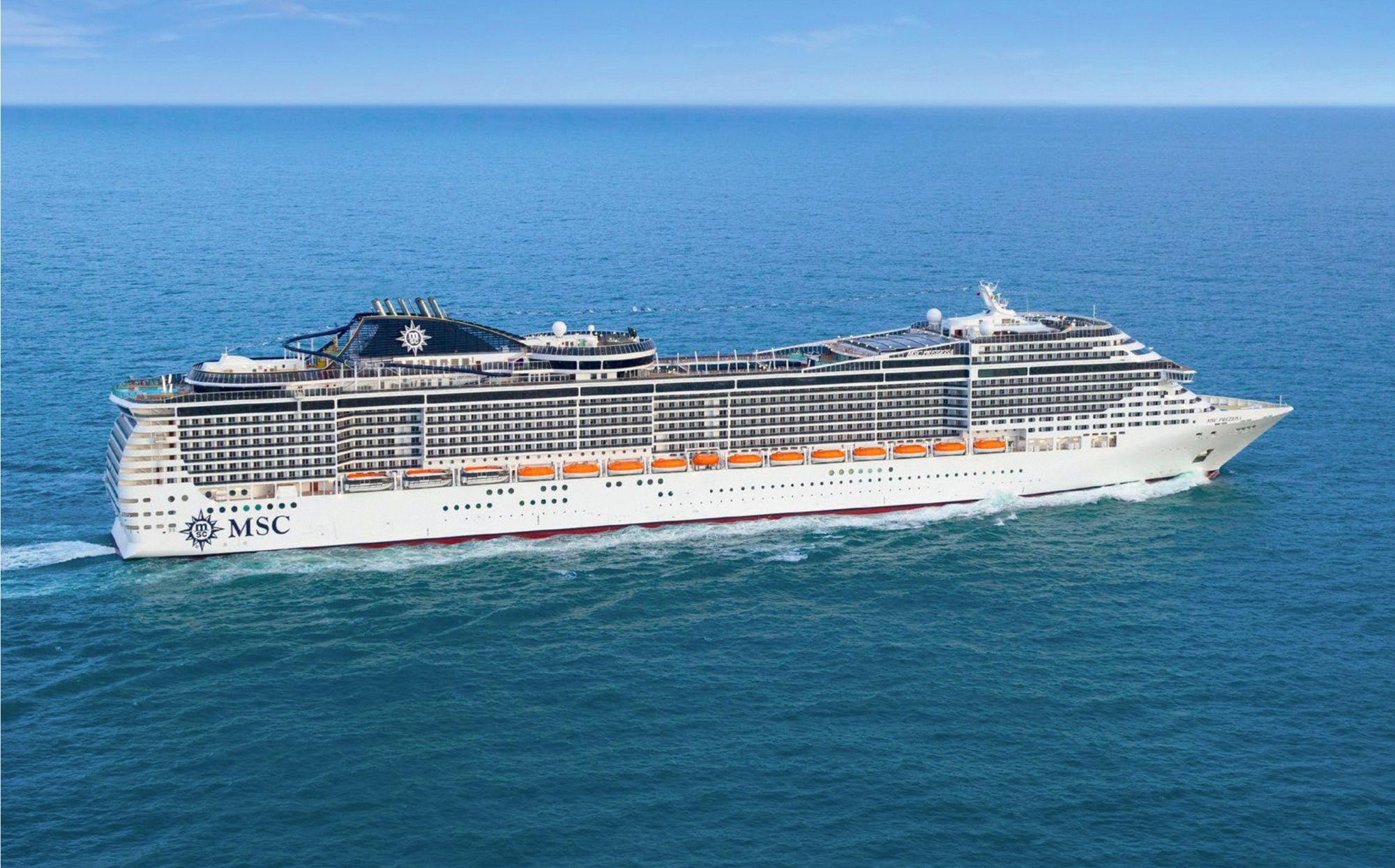 Un navire de croisière en Méditerranée