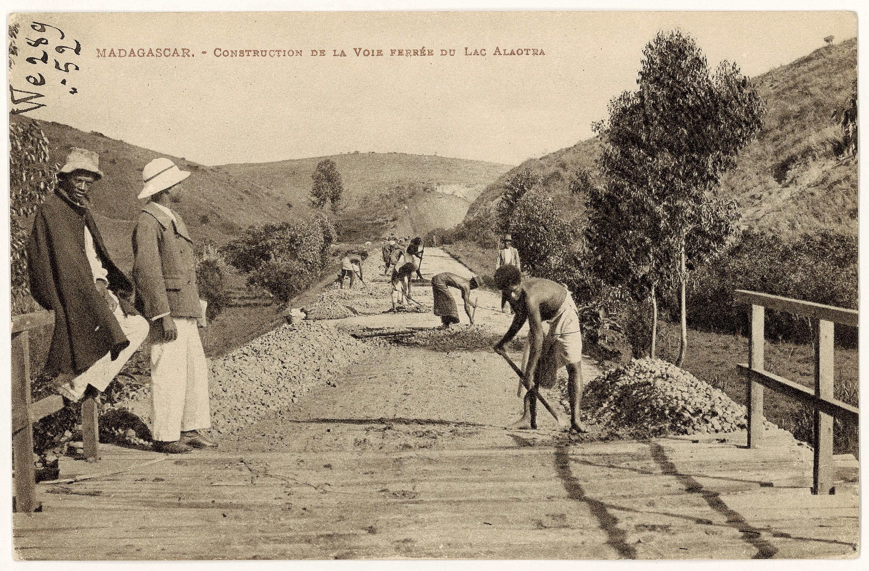 Construction de la voie ferrée Tananarive‑Tamatave à Madagascar, photographie anonyme, v. 1908.