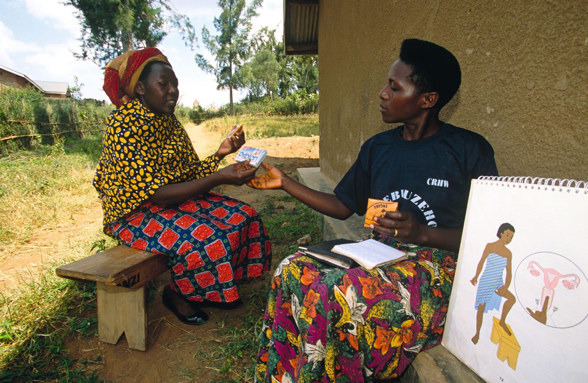 Une bénévole de la communauté des travailleurs de la santé de la reproduction, en Ouganda, présente l'utilisation de contraceptifs