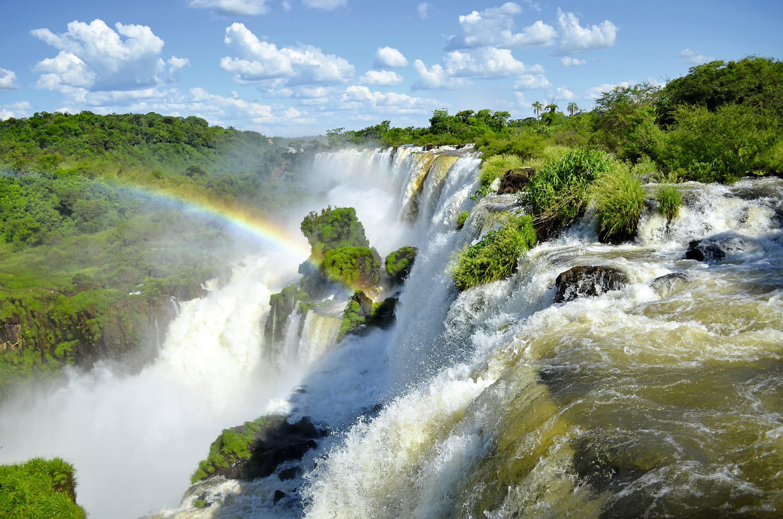 Naissance d'un arc-en-ciel aux chutes d'Iguazú (Brésil)