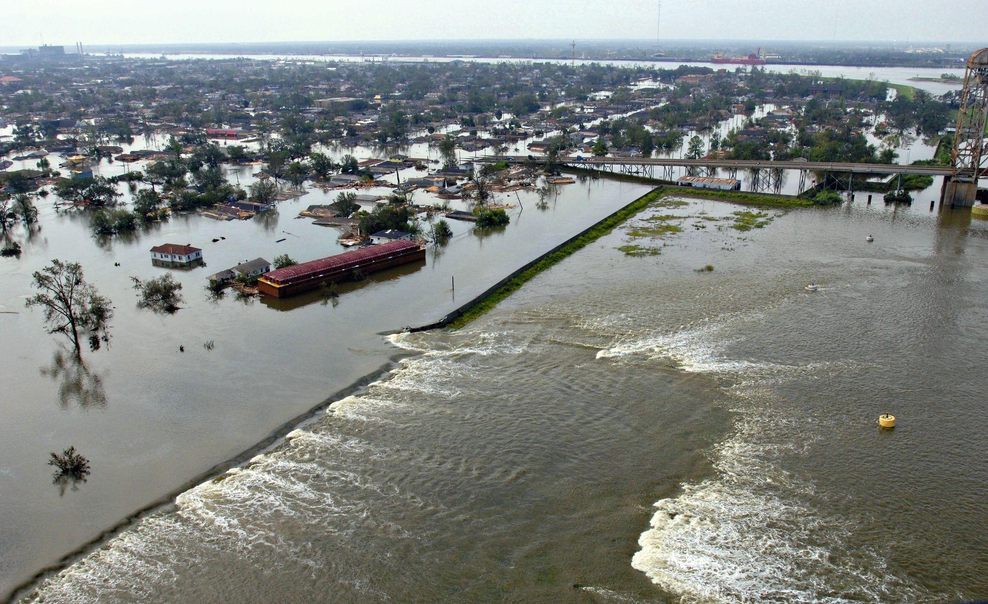 Une brèche dans une digue à la Nouvelle-Orléans après le passage de Katrina en 2005