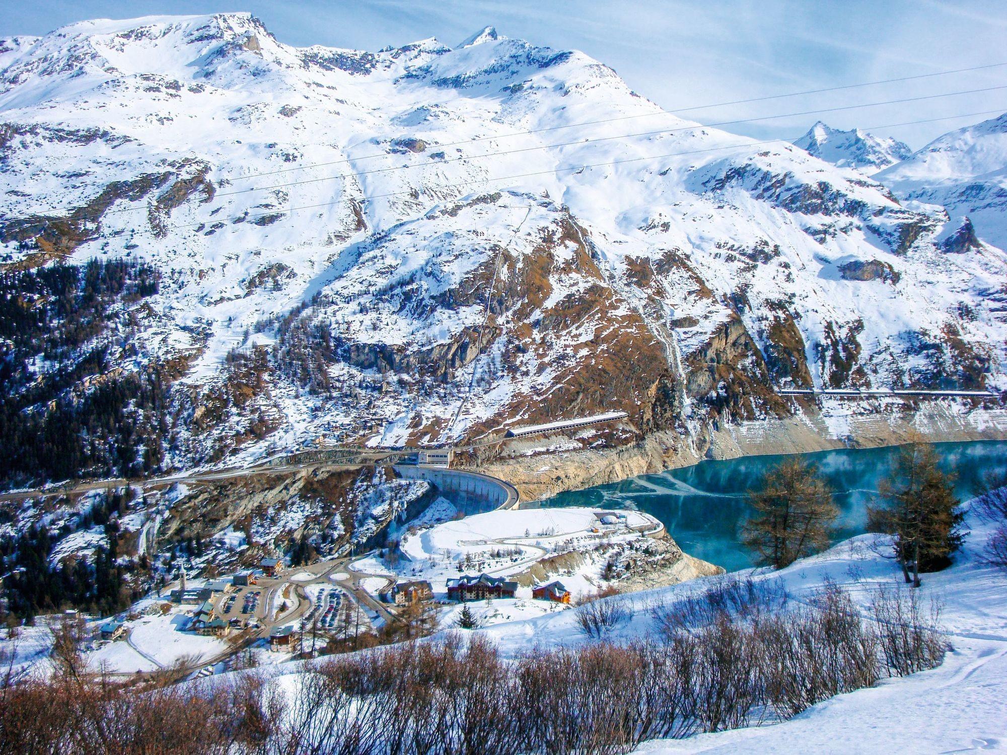Barrage du Chevril (Tigne, Savoie, France). Sa réalisation a permis de produire de l'électricité mais a ennoyé un village et modifié l'apport en limons fertiles en aval