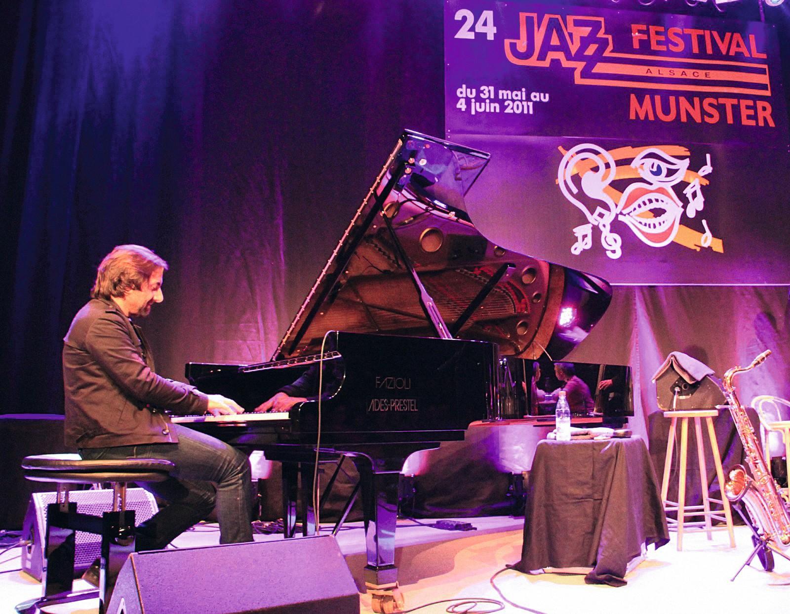 Le musicien André Manoukian au piano