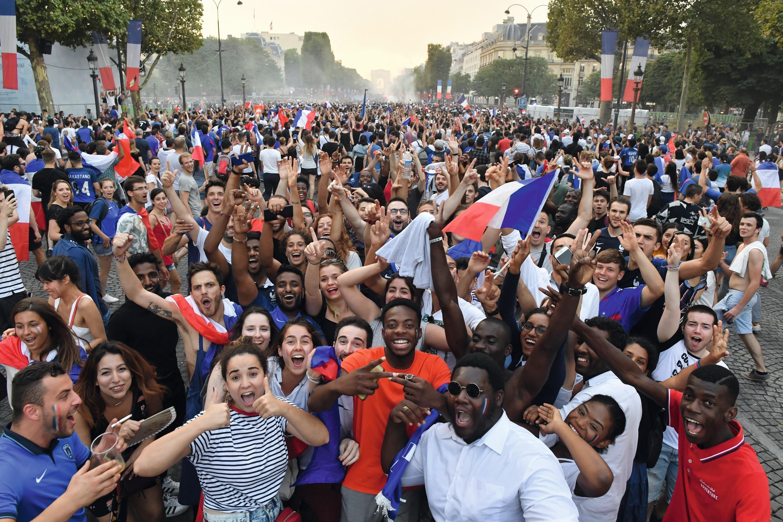 Des supporters fêtent la victoire de la France à la Coupe du monde de football, le 13 juillet 2018.