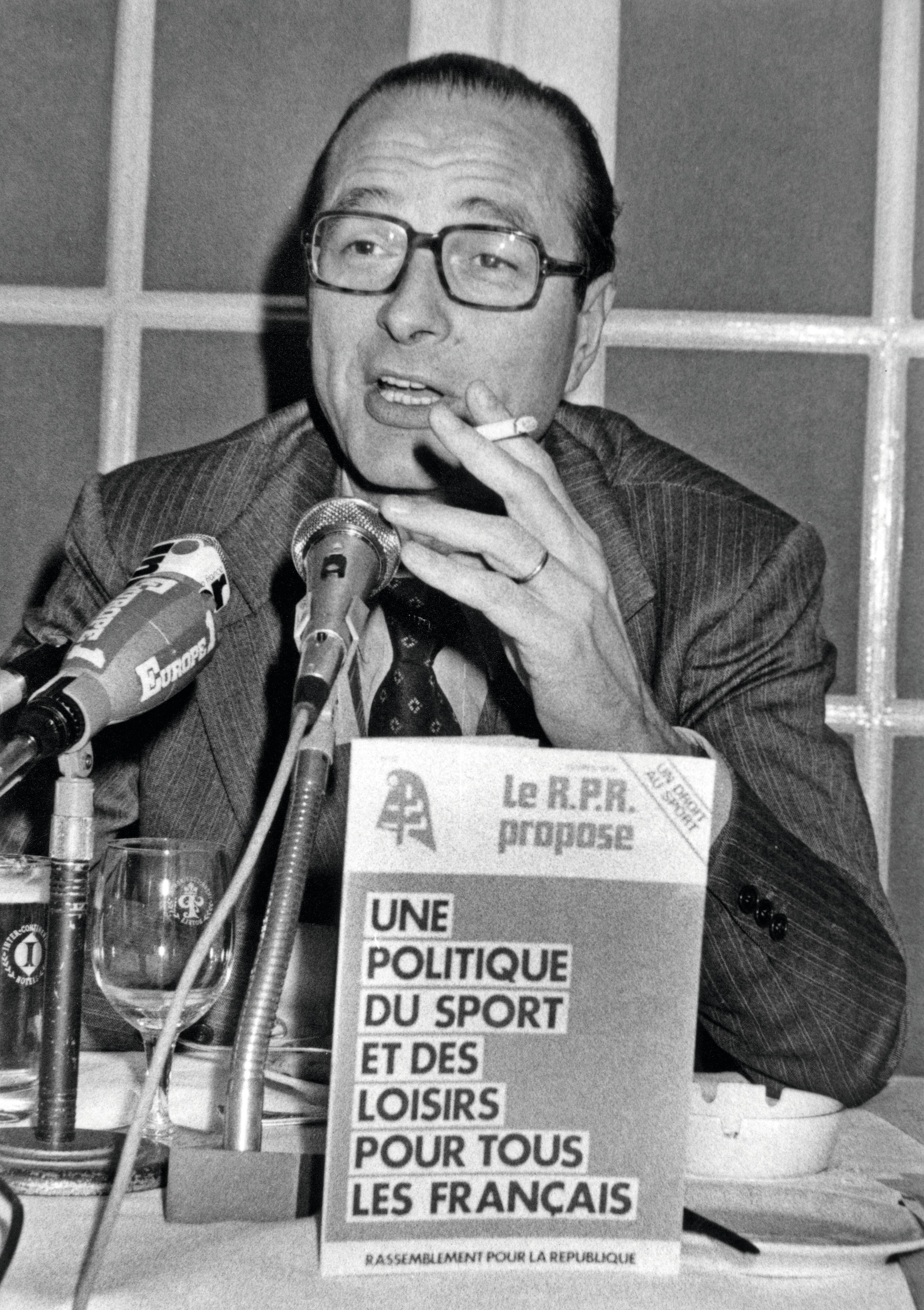 Jacques Chirac présente une brochure sur le sport en février 1978