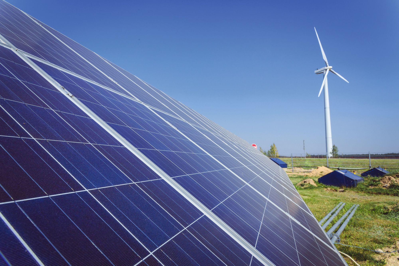 Quelques convertisseurs d'énergie : panneaux solaires et éolienne
